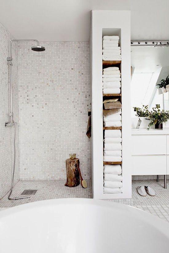 opbergruimte wand badkamer