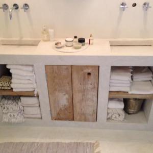 steigerhout meubel badkamer - LiveLoveHome