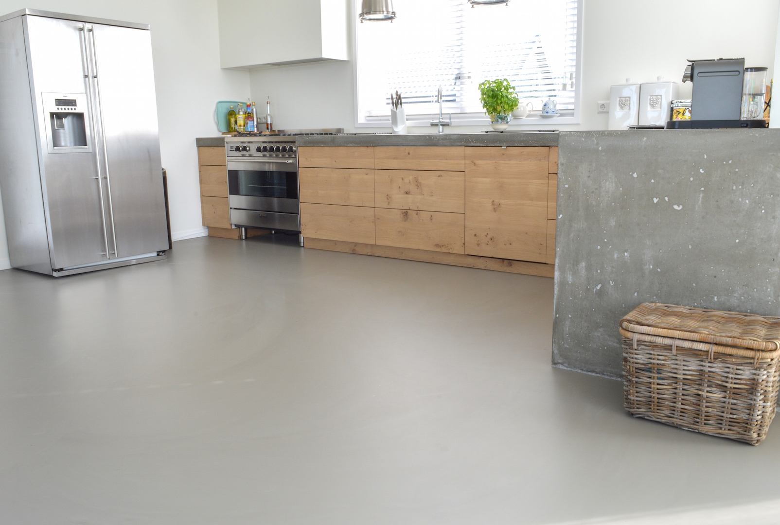 Gietvloer inspiratie livelovehome - Foto grijze keuken en hout ...