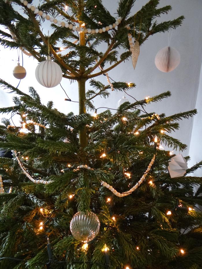 kerstboom wit papieren bolletje