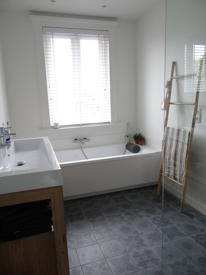badkamer met bamboeladder