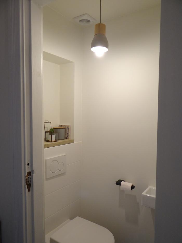 Betonlook hanglamp op het toilet - LiveLoveHome