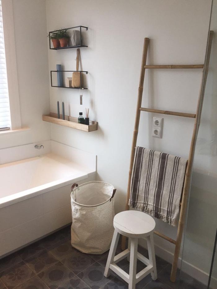 Ladder voor badkamer houten trapje badkamer u2013 diy ladder planken kast van - Goedkope badkamer decoratie ...