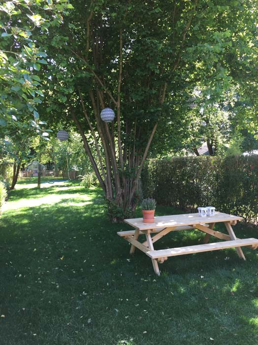picknicktafel in de tuin lampion