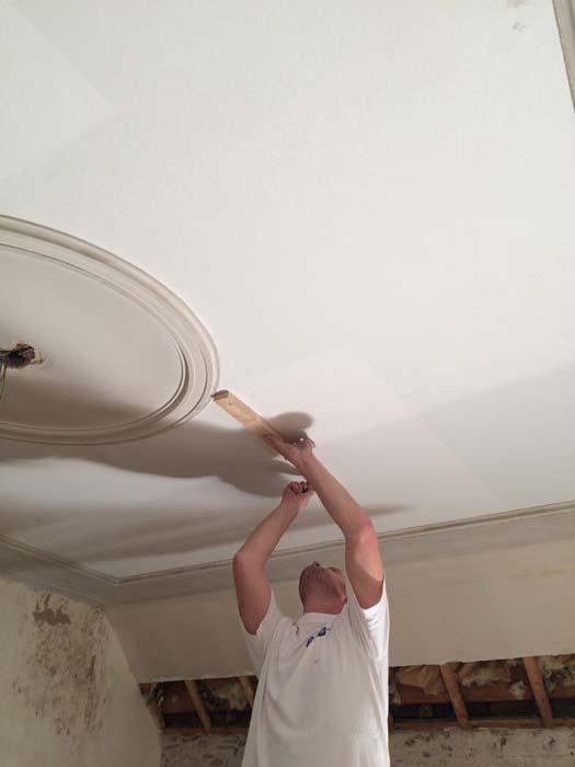 snijden vliesbehang plafond