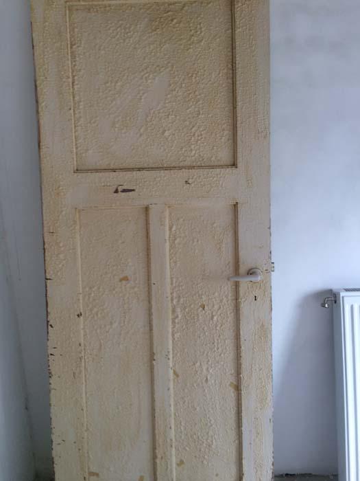 deur in de afbijt gezet