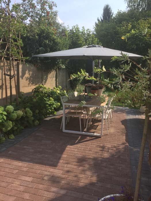 grijze solero parasol in de tuin