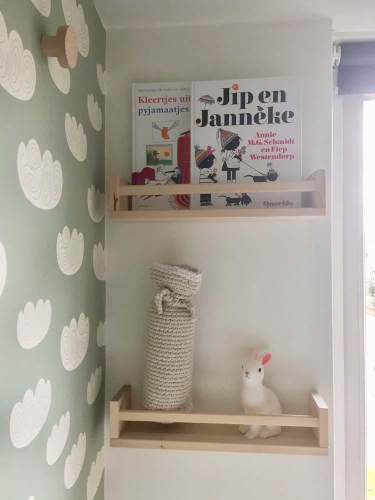 schapje boekjes babykamer