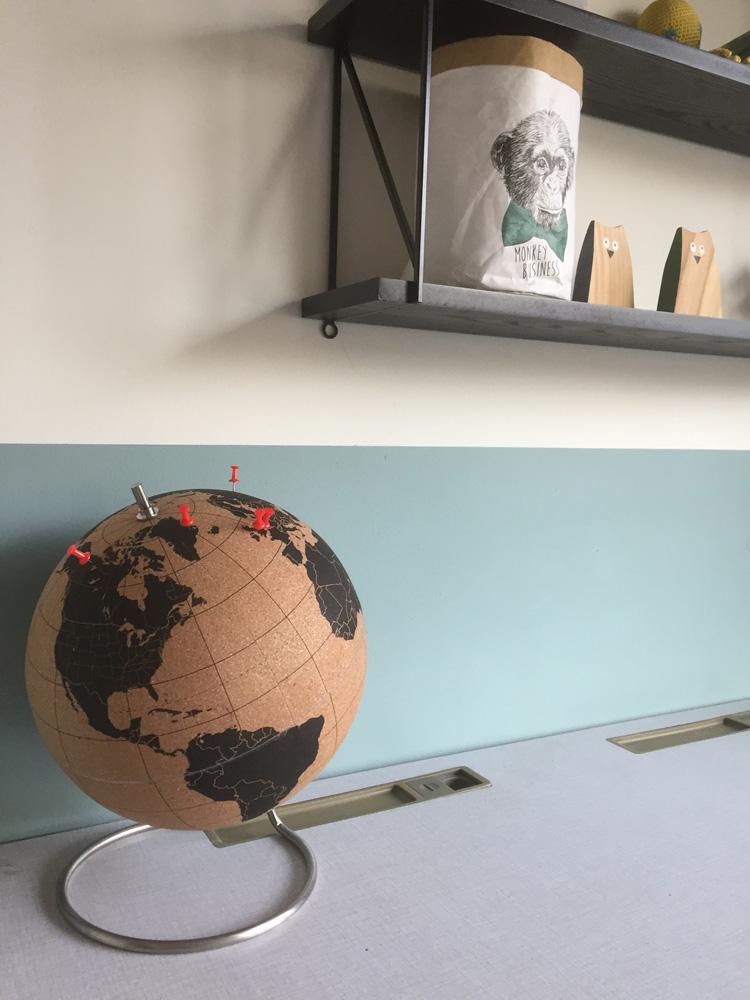 wereldbol op bureau kurk
