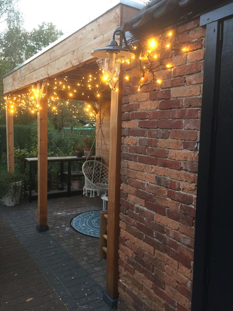 kerstlampjes buiten overkapping