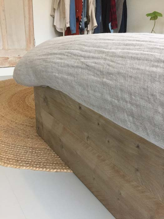 closeup steigerhouten bed