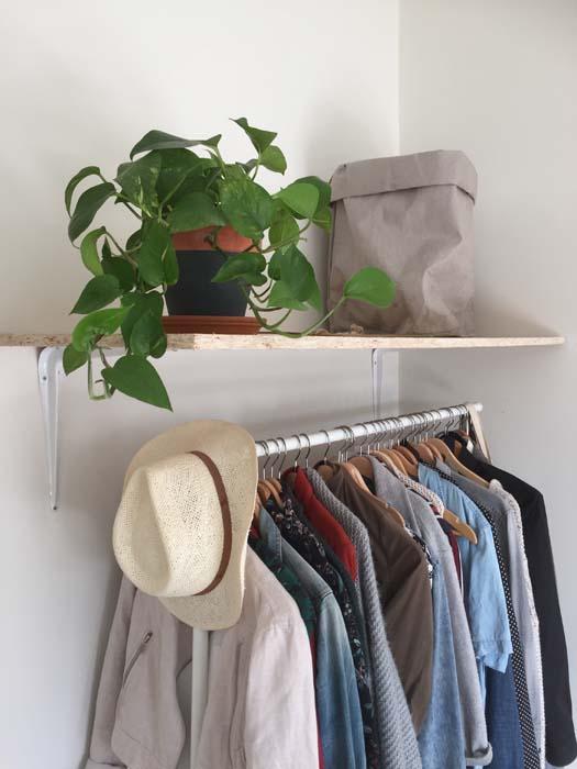 closeup plank boven kledingrek