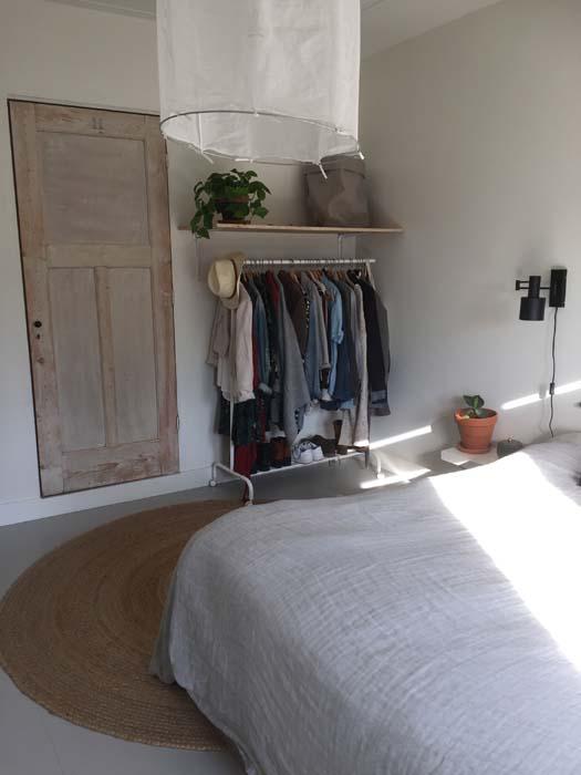 plank boven kledingrek