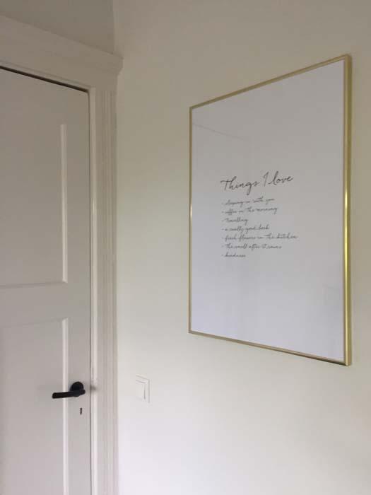 poster met gouden rand in slaapkamer