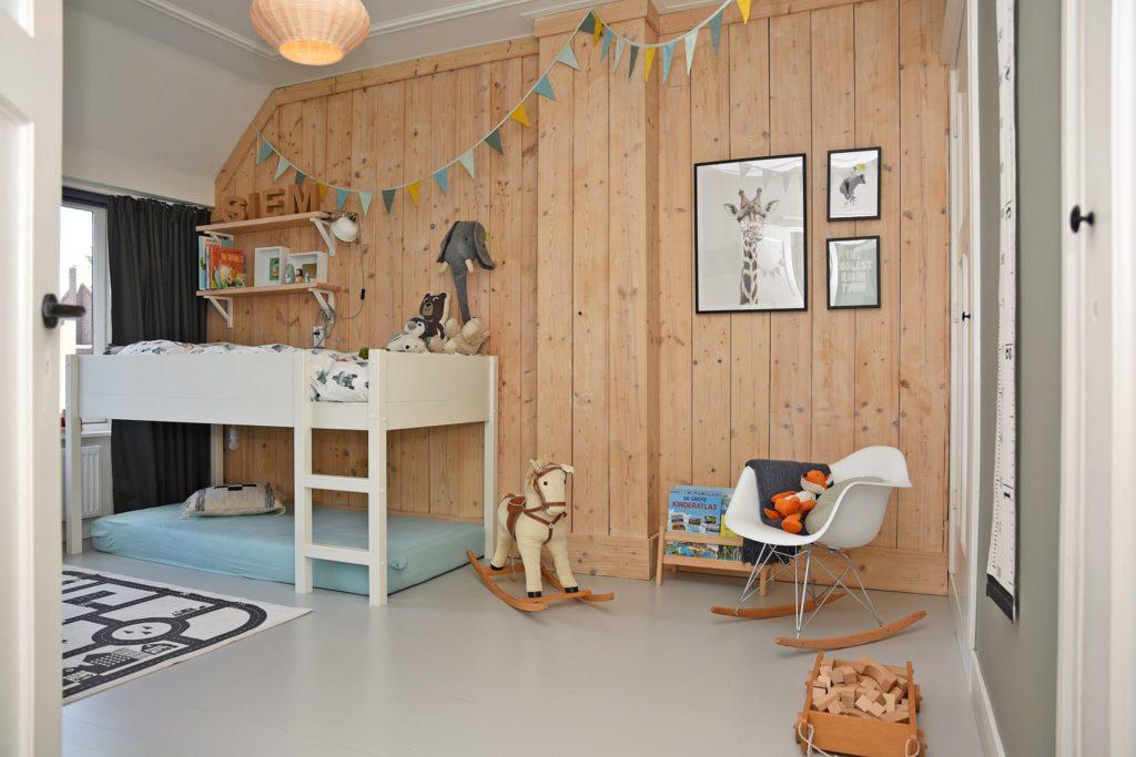kamer voor stoere jongen met betonlook vloer en houten wand