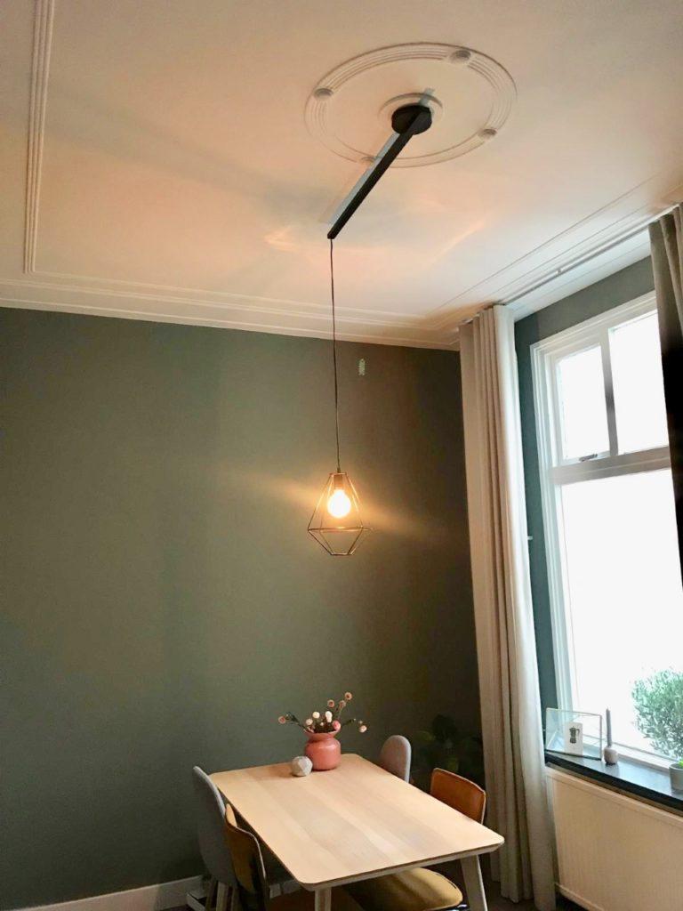 zwarte lightswing aan plafond